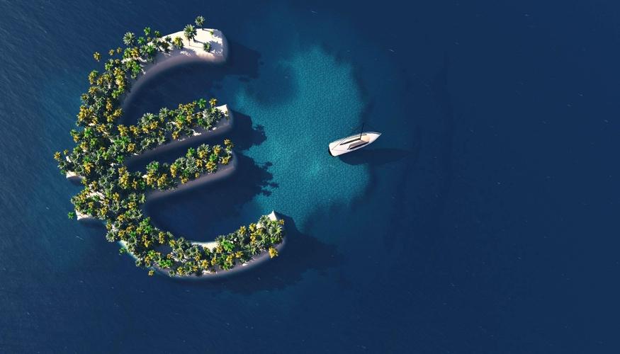 Eine Yacht schwimmt im Meer vor einer Insel in Form eines Euro-Symbols © iStock/Mihai Maxim