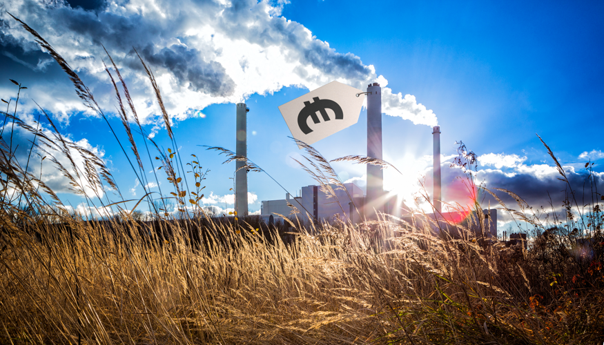 Ein Euro-Preisschild für CO2-Emissionen an einem qualmenden Fabrikschornstein © iStock/aprott