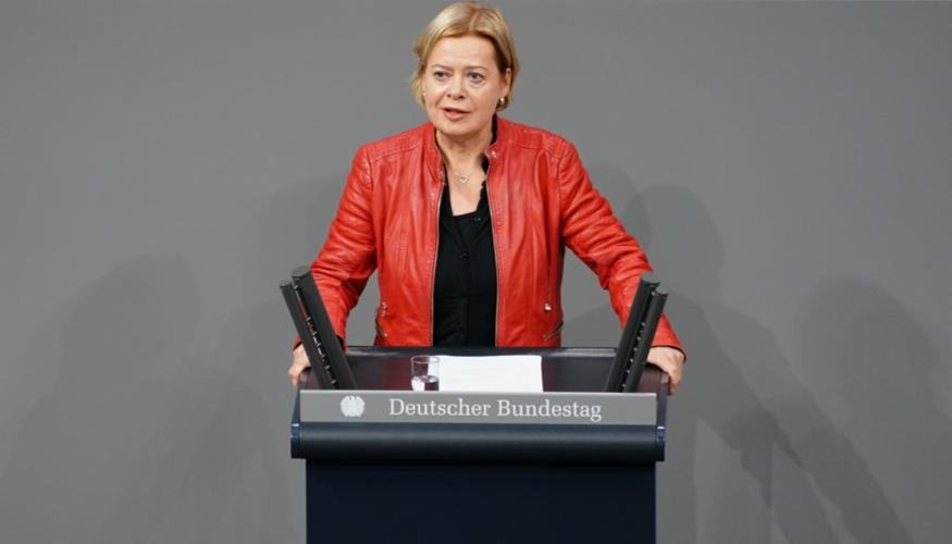 Gesine Lötzsch am Rednerpult des Bundestages