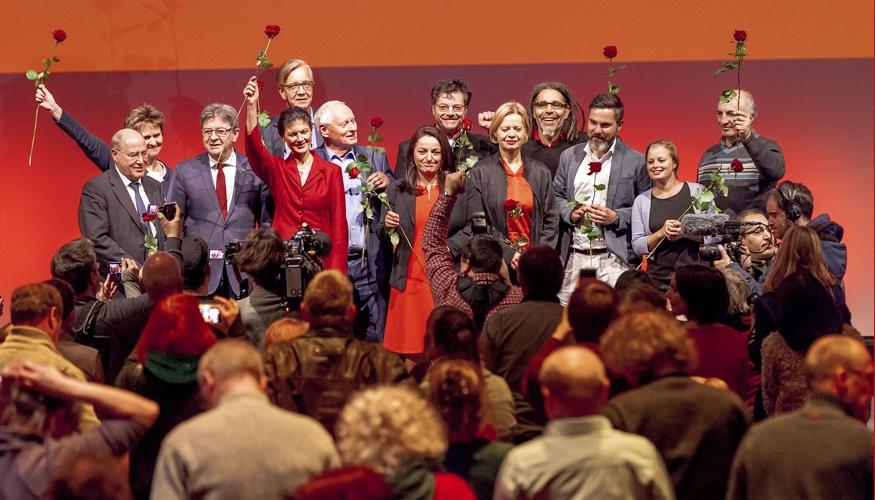 Gruppenbild zum Abschluss des Politischen Jahresauftakts der Linksfraktion mit über tausend Gästen am 14. Januar 2018 im Berlin Kino Kosmos