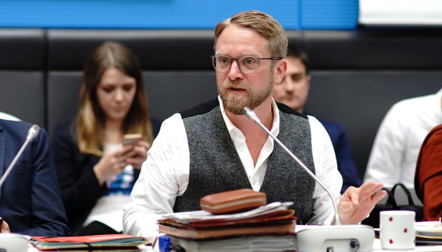 Jan Korte spricht während einer Fraktionssitzung © Olaf Krostiz