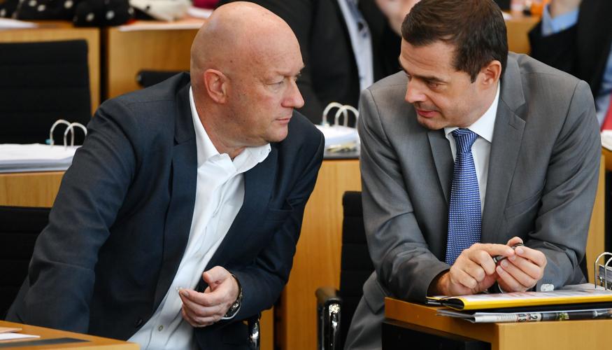 Kemmerich (FDP) und Mohring (CDU) machen am 5. Februar 2020 im Thüringer Landtag gemeinsame Sache mit den Rechtsextremen von der AfD © Martin Schutt/dpa