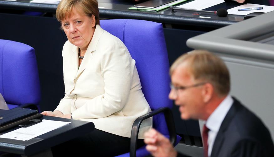 Kanzlerin Merkel hört Dietmar Bartsch bei seiner Rede im Bundestag zu © Kay Nietfeld/dpa