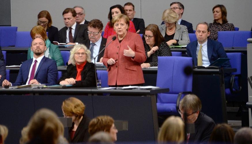 BUndeskanzlerin Merkel beantwortung während einer Regierungsbefragung von ihrem Platz auf der Regierungsbank die Fragen der Mitglieder des Bundestages © DBT/Achim Melde