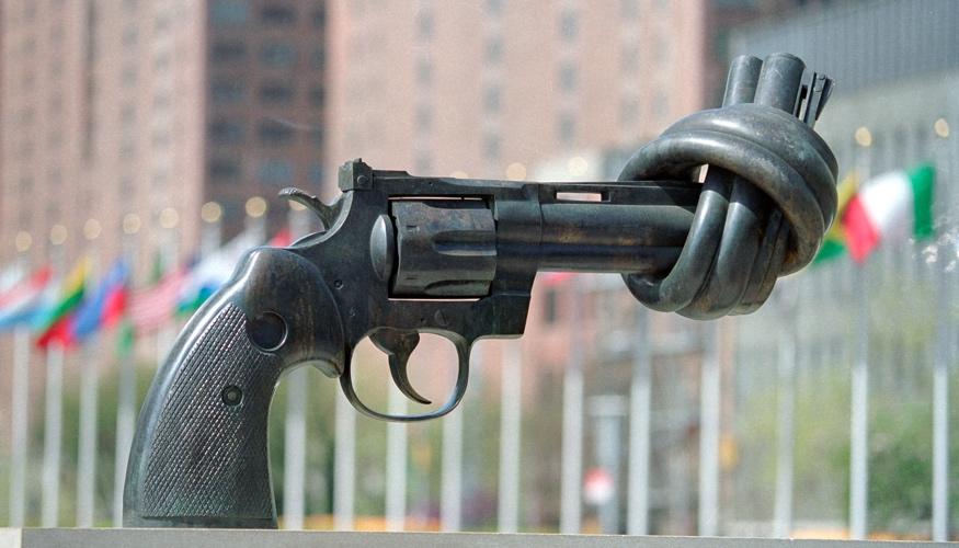 Ein Knoten im Lauf einer Pistole - Die Non-Violence-Skulptur am UNO-Hauptquartier in New York © UN Photo/Pernaca Sudhakaran