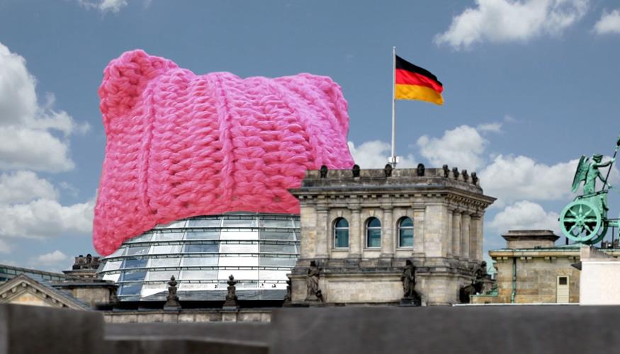 Ein so genannter Pussyhat auf der Glaskuppel des Bundestages