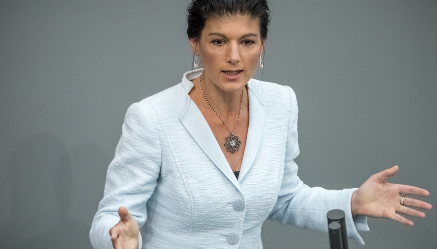 Sahra Wagenknecht am Rednerpult des Bundestages © Michael Kappeler/dpa