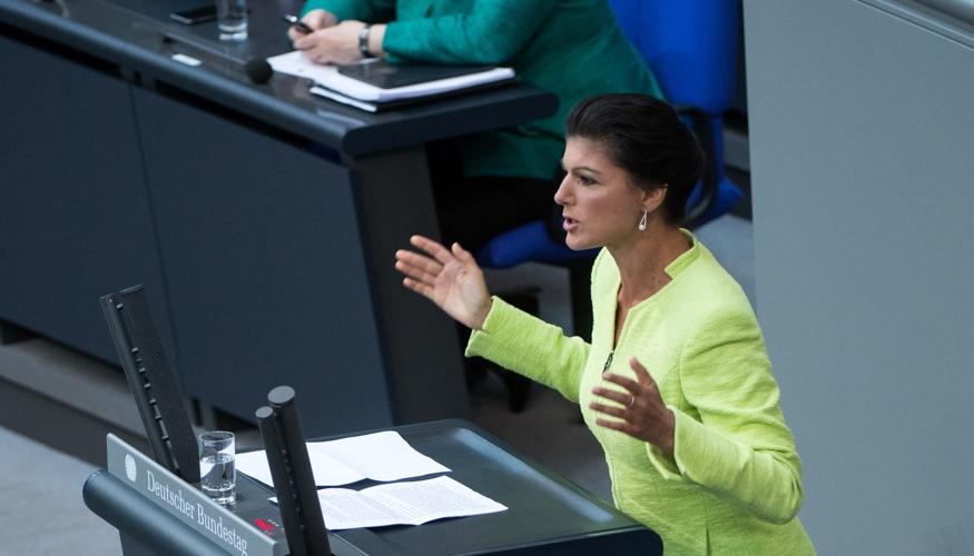 Sahra Wagenknecht am Rednerpult des Bundestages bei ihrer Antwort auf eine Regierungserklärung von Bundeskanzlerin Merkel © Bernd von Jutrczenka/dpa
