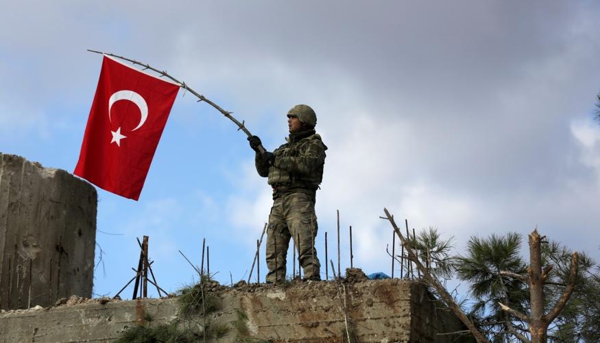 Ein türkischer Soldat schwenkt am 28. Januar 2018 auf dem Berg Barsaya, nordöstlich vom syrischen Afrin die türkische Fahne © REUTERS/Khalil Ashawi