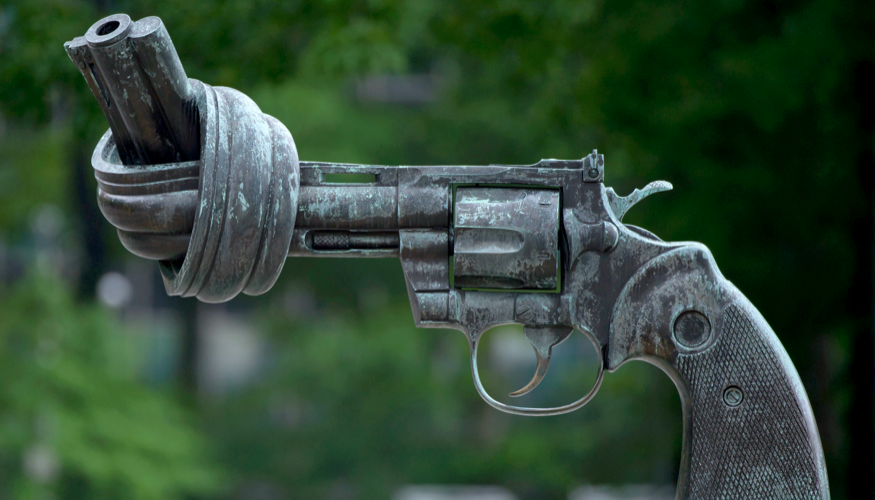 Skulptur »Non-Violence« mit Knotem im Pistolenlauf vor dem UNO-Hauptquartier in New York © picture alliance/dpa/Tim Brakemeier