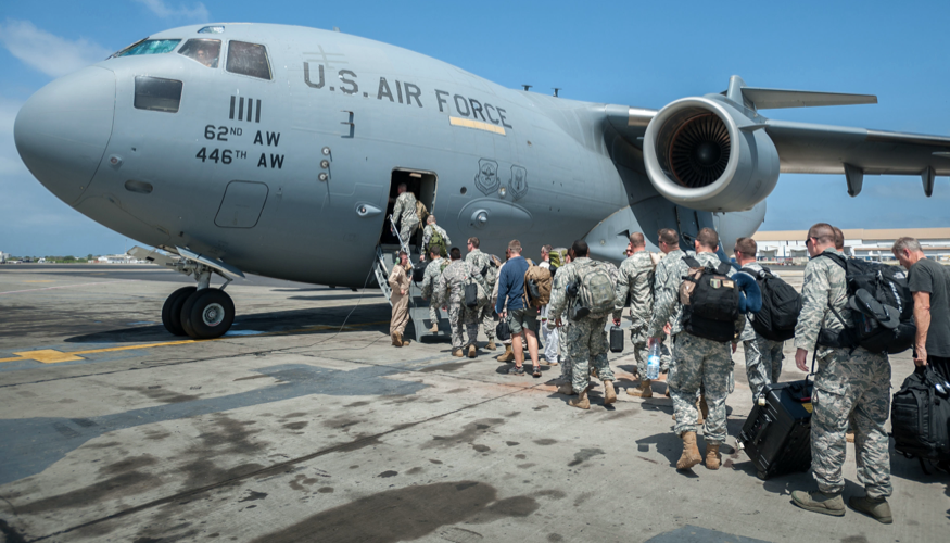 US-Soldaten in Zivil und Uniformen besteigen mit Gepäck ein Flugzeug mit der Aufschrift US Air Force © picture alliance/ZUMAPRESS.com/Maj. Dale Greer