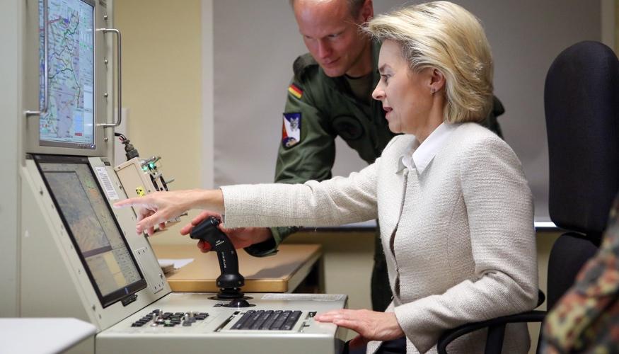Verteidigungsministerin von der Leyen sitzt vor einem Drohnen-Simulator der Bundeswehr © dpa