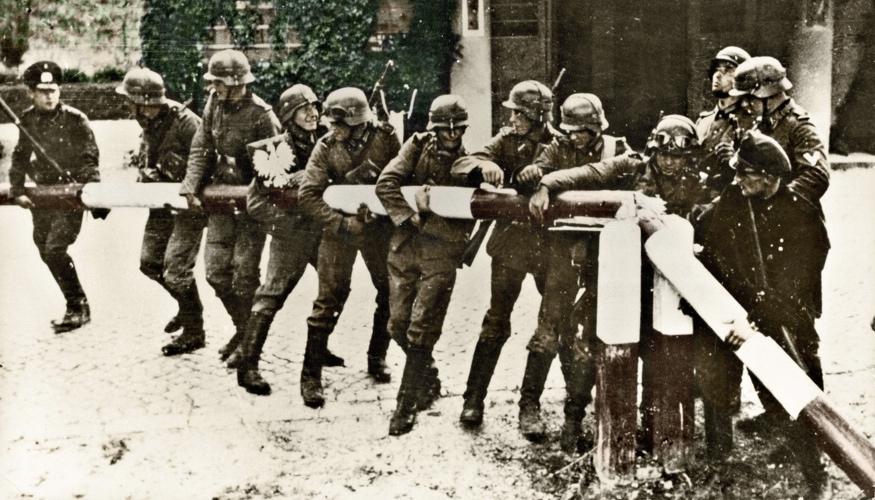 Soldaten der deutschen Wehrmacht reißen am 1. September 1939 den Schlagbaum der polnischen Grenze am Zollhaus der Straße Zoppot-Gdingen ein © picture alliance/ullstein bild