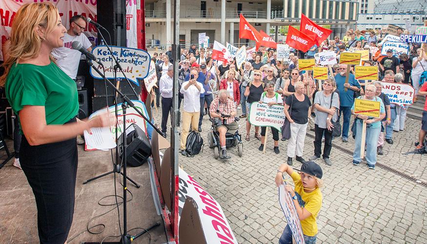 Mietenwahnsinn stoppen: Caren Lay spricht auf einer Demonstration in Berlin