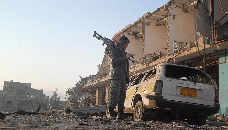 Anschlag auf deutsches Konsulat in Masar-i-Scharif: Ein afghanischer Soldat inspiziert den Tatort