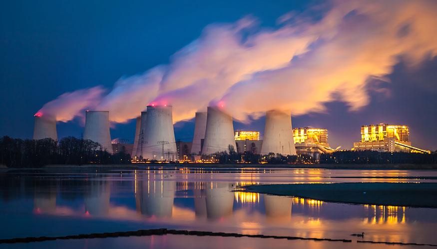 Kraftwerk in Deutschland: Rauchfahnen steigen in den Himmel