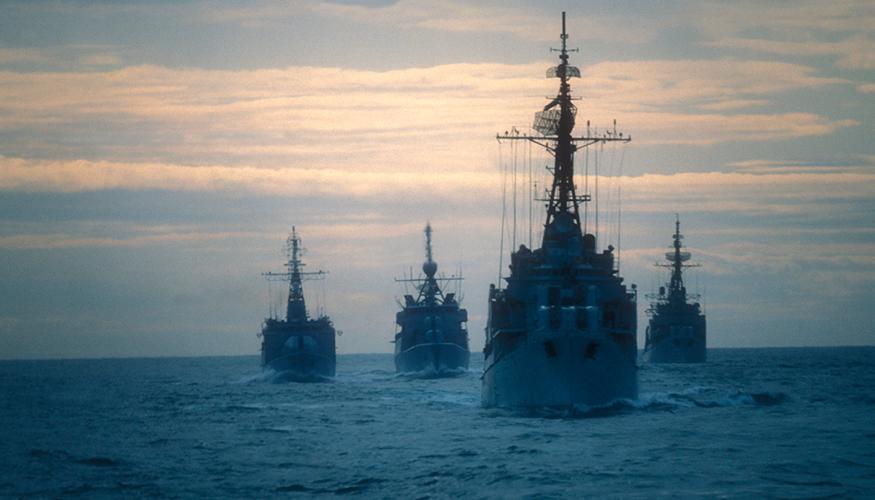 Kriegsschiffe im Morgengrauen