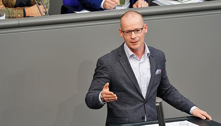 Matthias Höhn am Redepult des Bundestags