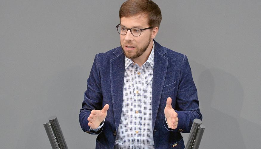 Victor Perli am Redepult des Bundestags